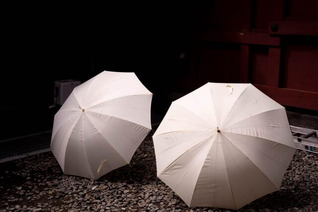 白い傘の黒ずみや黄ばみの汚れを落とす方法