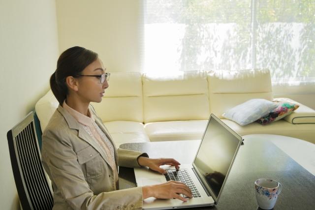 テレワークでテレビ会議の服装は?女性におすすめの在宅勤務ファッション!
